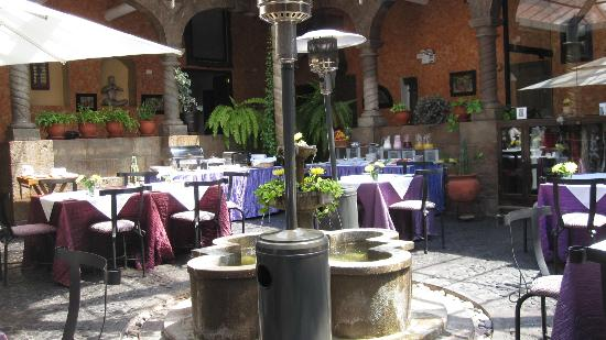 Andean Wings Boutique Hotel: Center glassed in courtyard at Andean Wings for dining