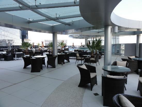 Novotel Abu Dhabi Gate: Poolside bar area