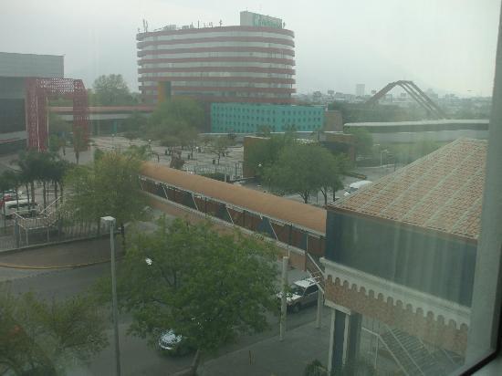 Hotel Antarisuite Cintermex: Vistas al cerro de la silla , pero ese dia nublado ..