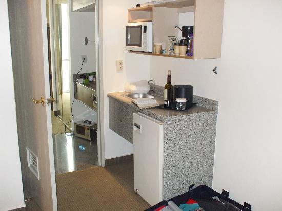 Hotel Antarisuite Cintermex: Cocina en el interior de la habitacion separada del dormitorio