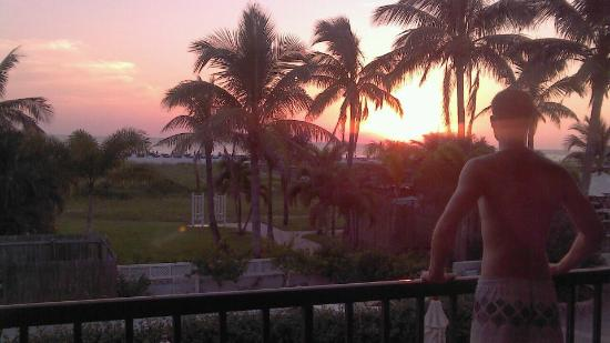 Beachcomber Beach Resort & Hotel: Great sunset from our room!