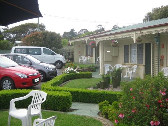 Wintersun Gardens Motel: car parking close to rooms