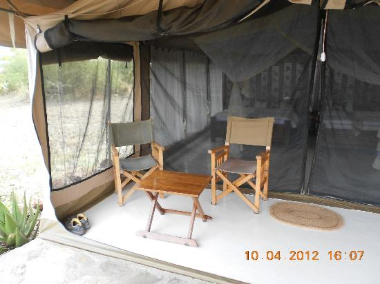 Mapito Tented Camp Serengeti: Sitting area outside our room.