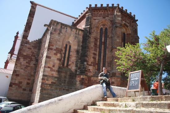 Cafe Ingles : Na escadaria do Café Inglês com a Sé Catedral de Silves