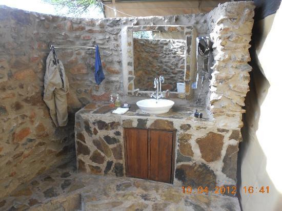 Mapito Tented Camp Serengeti: Bath facilities...