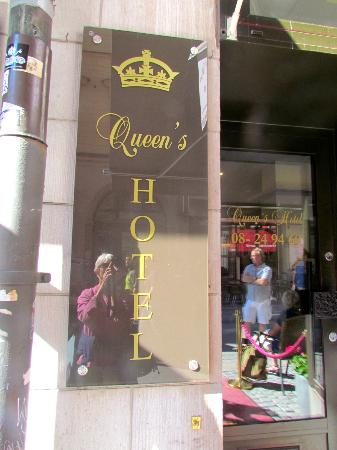Queen's Hotel: Front of the hotel