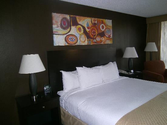 Doubletree by Hilton Dallas Market Center: Comfortable bed