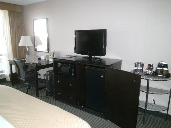 Doubletree by Hilton Dallas Market Center: Microwave & mini fridge