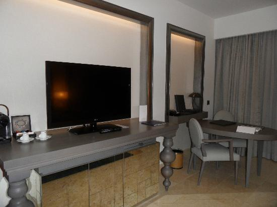 Conrad Algarve: Large flat screen TV and office desk
