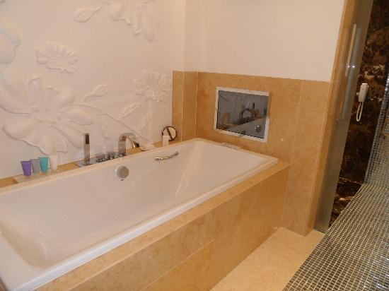 Conrad Algarve: Luxury long bath with inset TV