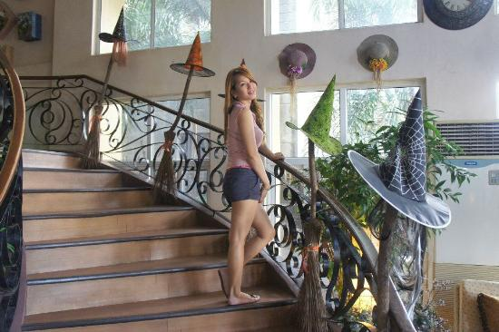 Subic Park Hotel: hitting the lovely stairs,on the way to our room