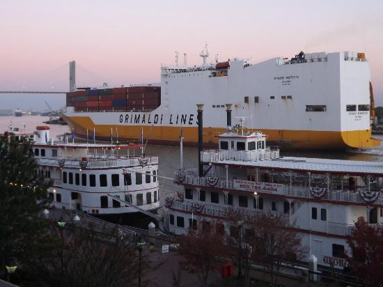 River Street Inn: ships passing. view from balcony