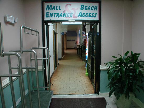 BEST WESTERN PLUS Sandcastle Beachfront Hotel: mall entrance to beach