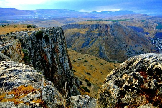 Arbel Guest House Shavit Family: View from nearby road - Arbel Cliffs