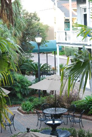 Quality Inn & Suites Maison St. Charles: Rear courtyard and fountain