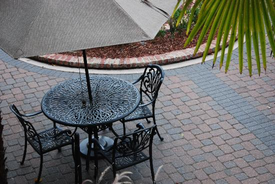 Quality Inn & Suites Maison St. Charles: Nice courtyard tables