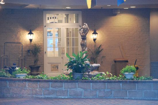 Quality Inn & Suites Maison St. Charles: fountain in the middle courtyard