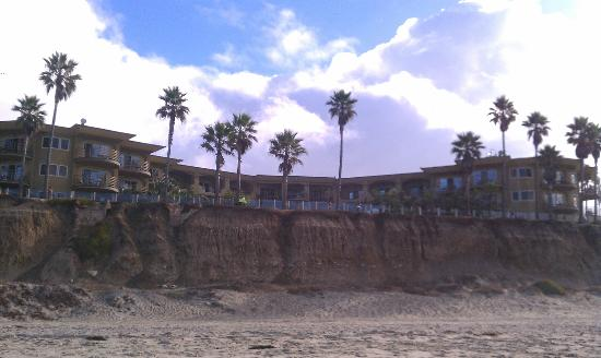 Pacific Terrace Hotel: the hotel from the beach