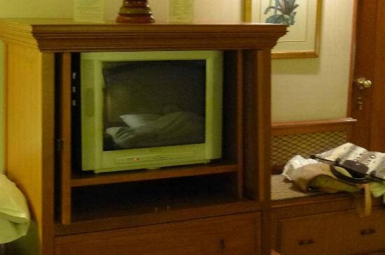 Swissotel Le Concorde Bangkok: Old Bulky TV, the reception not so good.
