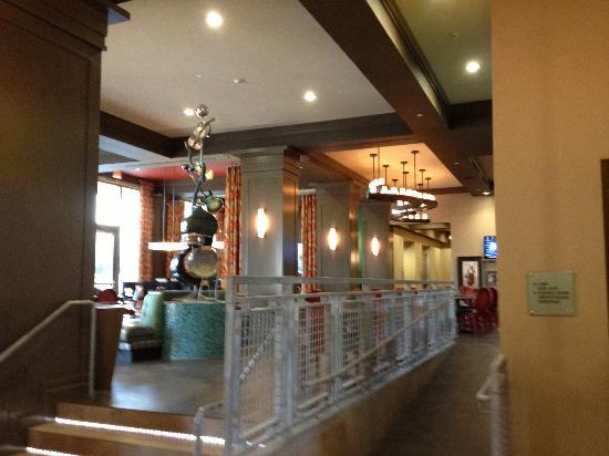 Hampton Inn & Suites Austin at The University/Capitol: Amazing sculpture in lobby