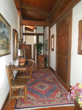 Hughes Hacienda Bed & Breakfast: Front hallway