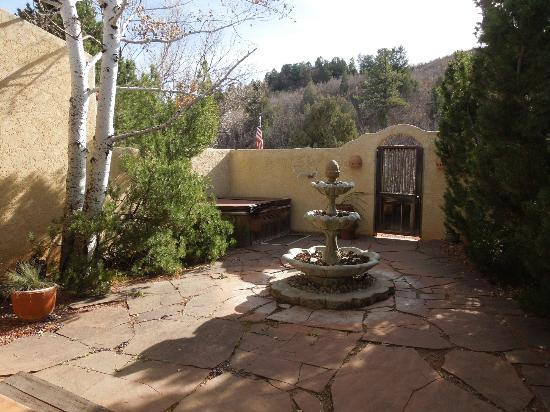 Hughes Hacienda Bed & Breakfast: Courtyard
