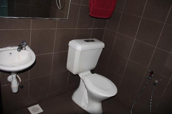 Cenang Valley Inn: Bath room