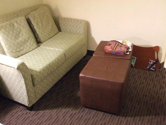 Hampton Inn Indianapolis - NE / Castleton: Rolling ottomans, but no coffee table