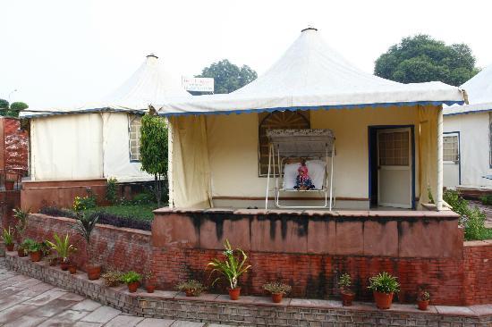 Hotel Taj Khema: Swiss tent balcony with hanging sofa