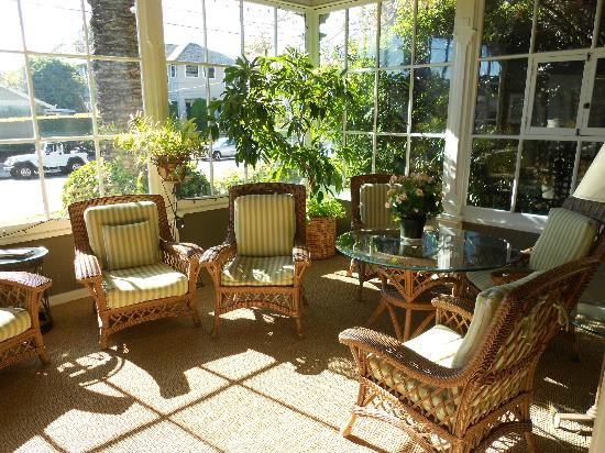 The Upham Hotel & Country House: Sunroom - can have breakfast here is dining area full