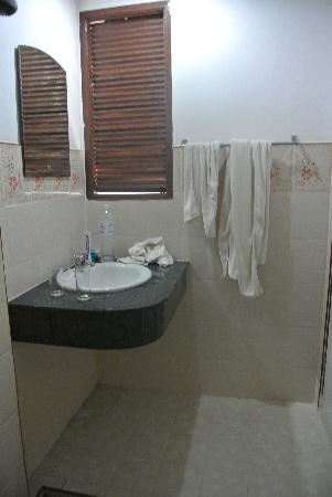 Amantra Resort & Spa: Toilet beach villa 1 (room 118?)