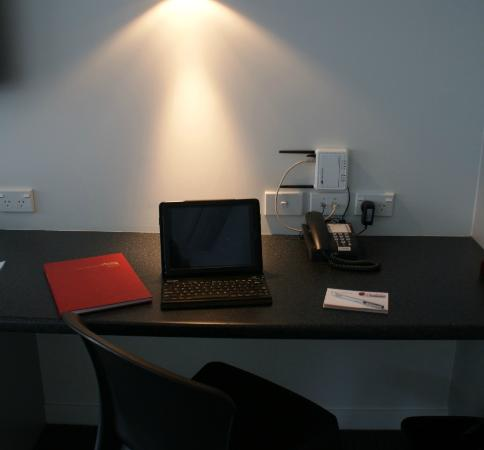 Pukekura Motor Lodge: Desk in all Rooms