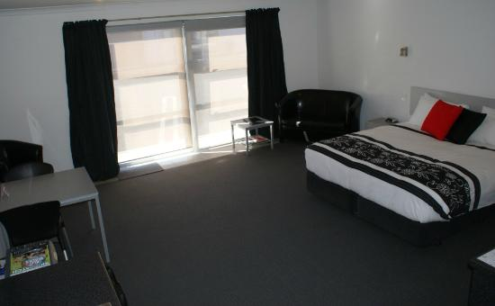 Pukekura Motor Lodge: One Bedroom Lounge