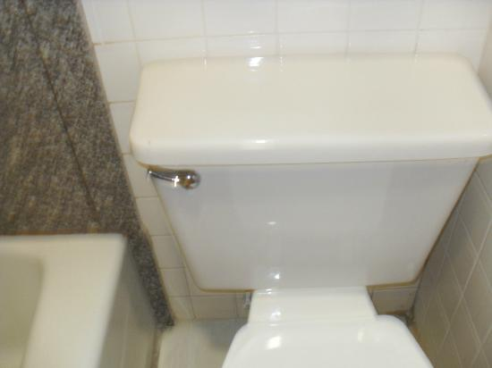 Super 8 Laurel: dirty toilet
