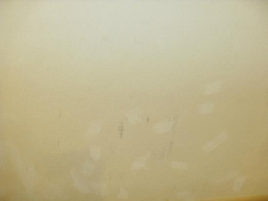Super 8 Laurel: mystery stains on walls