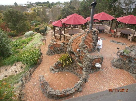 Kula Lodge: Outdoor seating at Kula Restaurant and Oven for Pizza