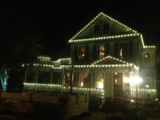 ‪‪The Cedar House Inn‬: The welcome lights