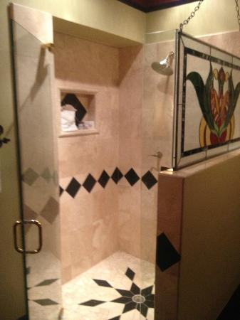 The Cedar House Inn: Vizcaya shower