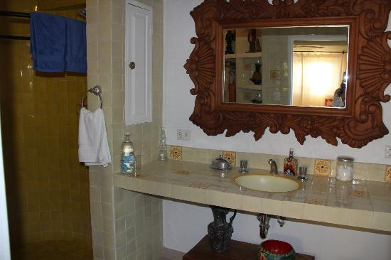 Casa Cinco Patios: Bathroom with full pressured warm water!! very important....