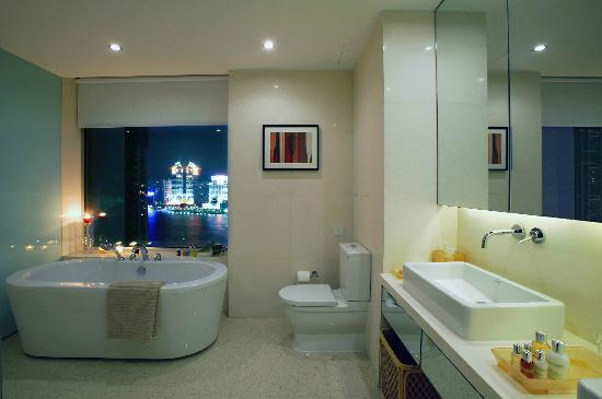 Fraser Suites Top Glory Shanghai : Luxury with bathroom with a view