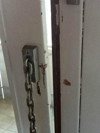 Hotel Senator : Abblätternder Lack an der Balkontür