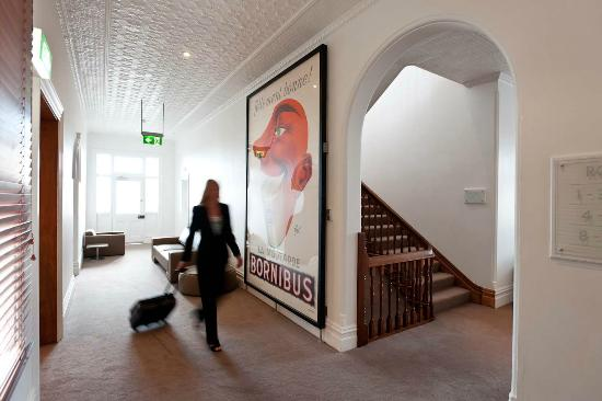 Ikon Hotel: French Advertising posters adorn the halls