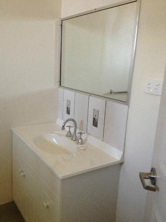 Cityside Accommodation: Motel Ensuite Bathroom Sink