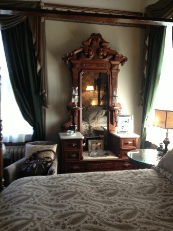 The Reynolds Mansion: Vanity and mirror in guestroom Linda.