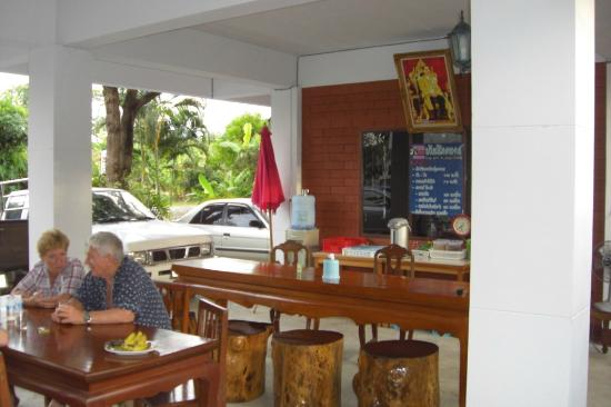 Baan Nukanong Guesthouse : Public area with water and coffee