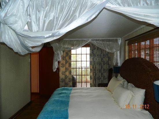 Coco Rico Resort: Bedroom, with doors leeding onto balcony