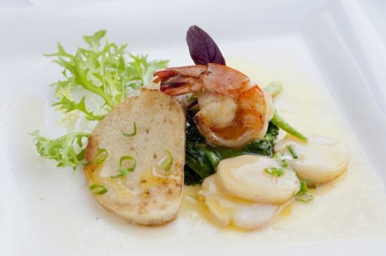 NI HAO : Jacobsmuscheln mit Riesengarnele, auf aromatischem Spinat und Tempura-Gemüse