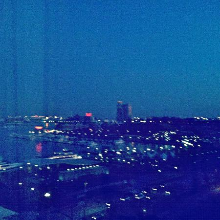 Hyatt Regency Baltimore Inner Harbor: View from our room of the harbor/city lights