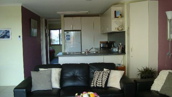 Burleigh Palms Holiday Apartments: kitchen and living area 2 bedroom 2nd floor