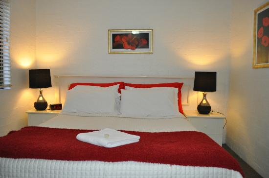 Burleigh Palms Holiday Apartments: master bedroom ground floor unit